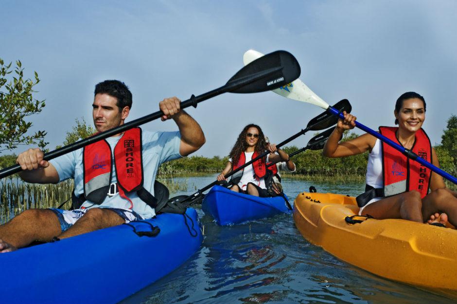 Chèo thuyền kayak giữa rừng đước